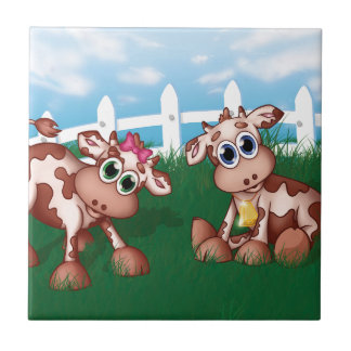 Baby-Kühe auf einer Hügel-Seite mit weißer Keramikfliese