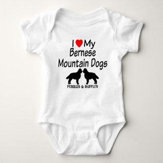 Baby-Lieben zwei Bernese Gebirgshunde Baby Strampler