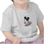 Baby Mickey Mouse, der mit Spielzeugauto spielt T-shirt