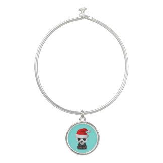 Baby-Panda-Bär, der eine Weihnachtsmannmütze trägt Armreif