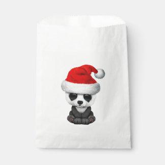 Baby-Panda-Bär, der eine Weihnachtsmannmütze trägt Geschenktütchen