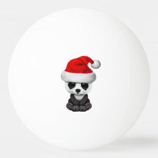 Baby-Panda-Bär, der eine Weihnachtsmannmütze trägt Ping-Pong Ball