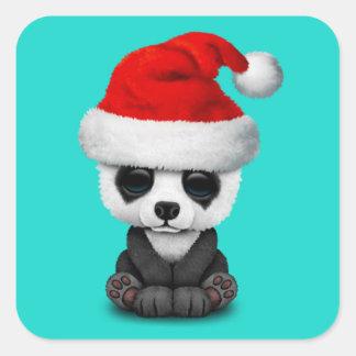 Baby-Panda-Bär, der eine Weihnachtsmannmütze trägt Quadratischer Aufkleber