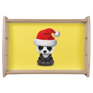 Baby-Panda-Bär, der eine Weihnachtsmannmütze trägt Tablett