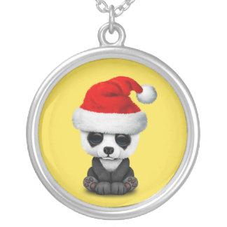 Baby-Panda-Bär, der eine Weihnachtsmannmütze trägt Versilberte Kette