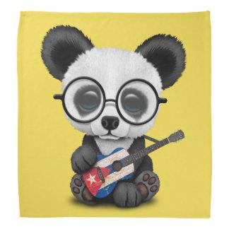 Baby-Panda, der kubanische Flaggen-Gitarre spielt Kopftuch