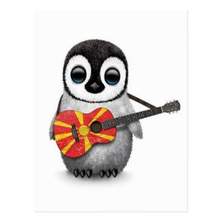 Baby-Pinguin, der mazedonische Flaggen-Gitarre Postkarte