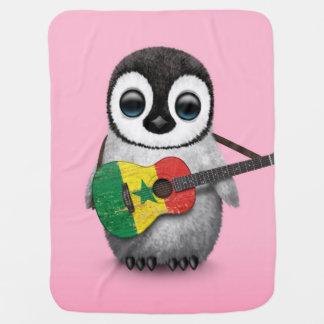 Baby-Pinguin, der Senegal-Flaggen-Gitarren-Rosa Kinderwagendecke