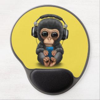 Baby-Schimpanse mit Kopfhörern und Handy Gel Mousepad