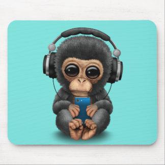 Baby-Schimpanse mit Kopfhörern und Handy Mousepad