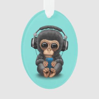 Baby-Schimpanse mit Kopfhörern und Handy Ornament