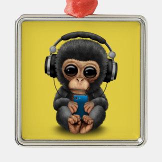Baby-Schimpanse mit Kopfhörern und Handy Quadratisches Silberfarbenes Ornament