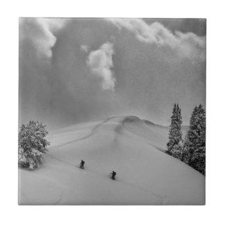 Backcountry Ski-Bergsteiger im frischen Pulver Keramikfliese