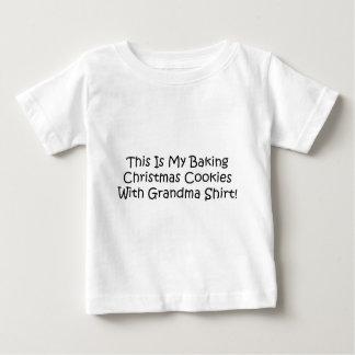 Backen Sie Weihnachtsplätzchen mit Großmutter Baby T-shirt