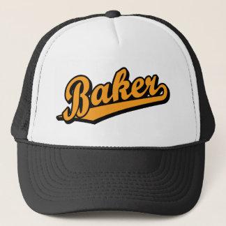 Bäcker in der Orange Truckerkappe