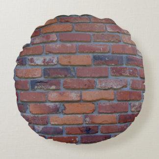 Backsteinmauer - rote Mischziegelsteine und Mörser Rundes Kissen