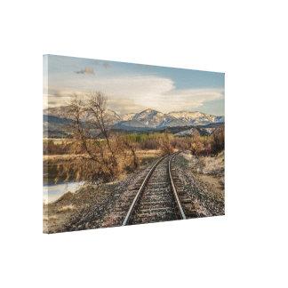Bahnstrecken, die vor den Bergen kurven Leinwanddruck
