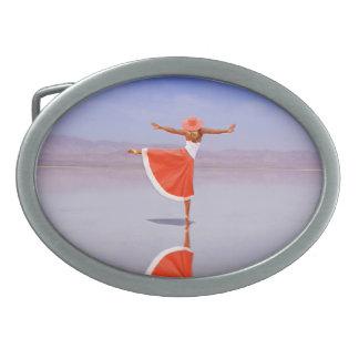 Ballerina-Tanzen auf dem Strand Ovale Gürtelschnalle