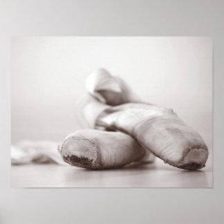 Ballett Pointe Schuhe auf Dance Floor-Schablone Poster