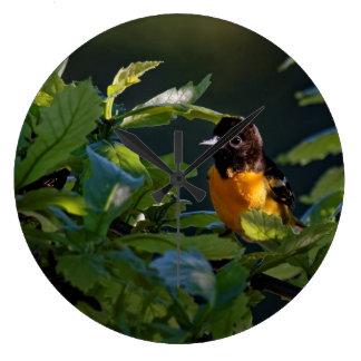 Baltimore Oriole in der Blätter-Uhr Große Wanduhr