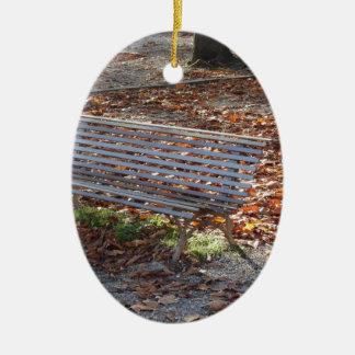 Bank im Herbstpark mit totem Blätter Keramik Ornament