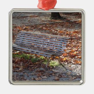 Bank im Herbstpark mit totem Blätter Silbernes Ornament