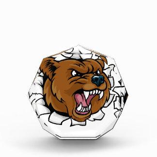 Bär, der den Baseball-Ball bricht Hintergrund hält Auszeichnung