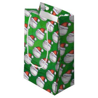 Baseball im Weihnachtsmannmütze-Muster auf Grün Kleine Geschenktüte