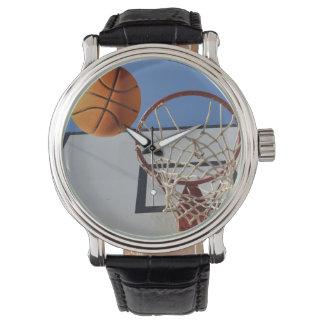 Basketball, der ein Band durchläuft, Armbanduhr