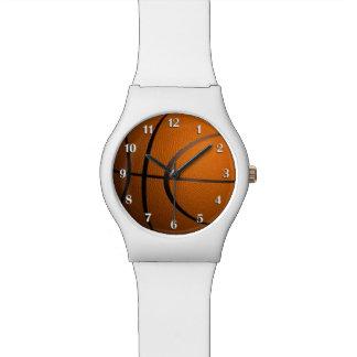 Basketball trägt Armbanduhr mit weißen Zahlen zur
