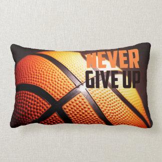 Basketballmotivation - geben Sie nie durch Zierkissen