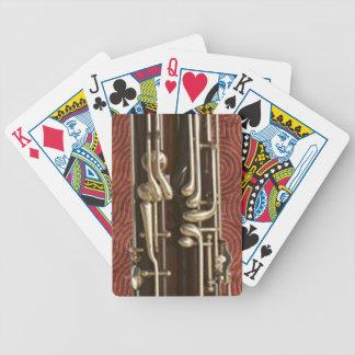Bassoon-Schlüssel auf dunkelrotem Poker Karten