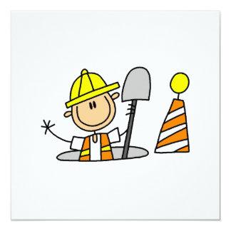 Bauarbeiter in den Einsteigeloch-T-Shirts und den Individuelle Einladungskarten