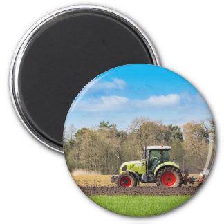 Bauer auf dem Traktor, der sandigen Boden im Runder Magnet 5,7 Cm