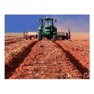 Bauer, der Mais unter Verwendung des Traktors, Postkarte