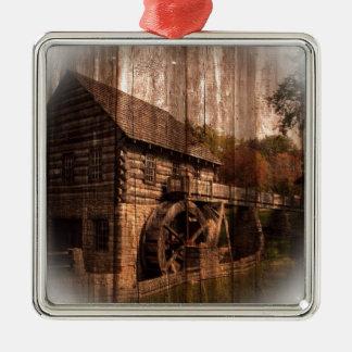 Bauernhausmühlwasserrad der ursprünglichen Scheune Silbernes Ornament