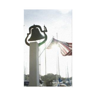 Bauernhof Bell und Flagge in Deltaville, Leinwanddruck