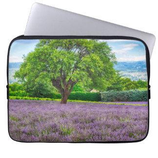 Baum auf dem Lavendel-Gebiet, Frankreich Laptopschutzhülle