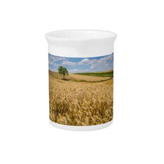 Baum in der Weizen-Feld-Landschaft Krug
