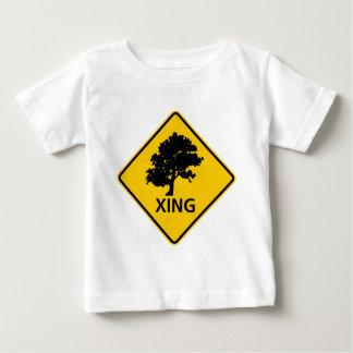 Baum-Überfahrt-Landstraßen-Zeichen Baby T-shirt