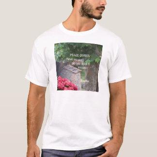 Baum und Wand mit Budha Mitteilung T-Shirt