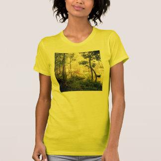 Bäume durch Fluss T-Shirt