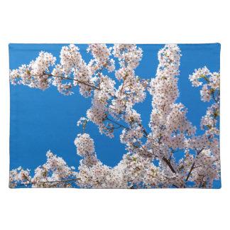 Baumniederlassungen mit blühenden weißen Blumen Tischset