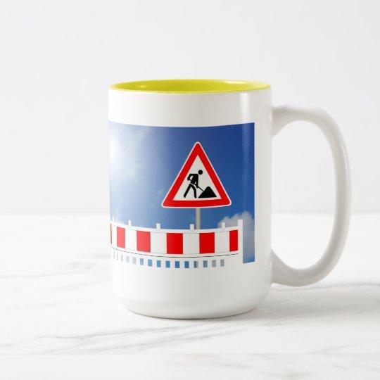 Baustelle, Baustellenabsperrung und Baustellenschi Zweifarbige Tasse