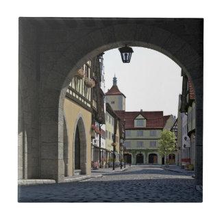 Bayern-Stadt durch einen Bogen Fliese