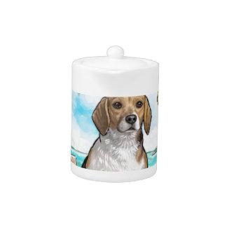 Beagle auf Ferien-tropischem Strand