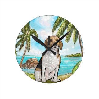 Beagle auf Ferien-tropischem Strand Runde Wanduhr