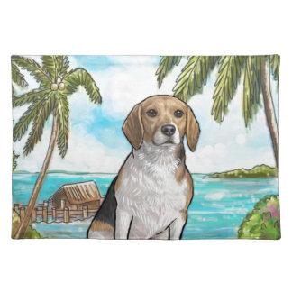 Beagle auf Ferien-tropischem Strand Stofftischset