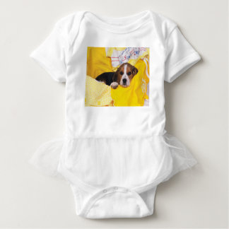 Beagle-Welpe wacht auf Baby Strampler