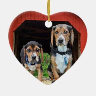 Beagle-Welpen an den roten bedeckte Keramik Ornament